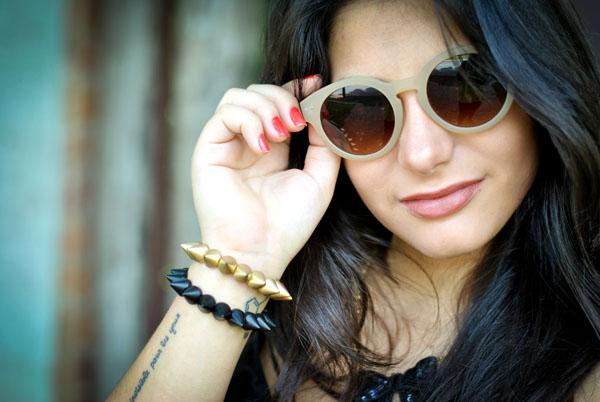 Look Bárbara Urias: óculos de sol nude redondo Asos - pulseiras spikes