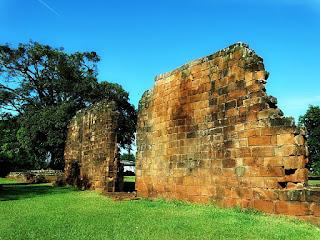 Ruínas da igreja de São Nicolau.