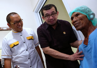 Mensos menyaksikan operasi mata di KMU, Selasa (22/10)