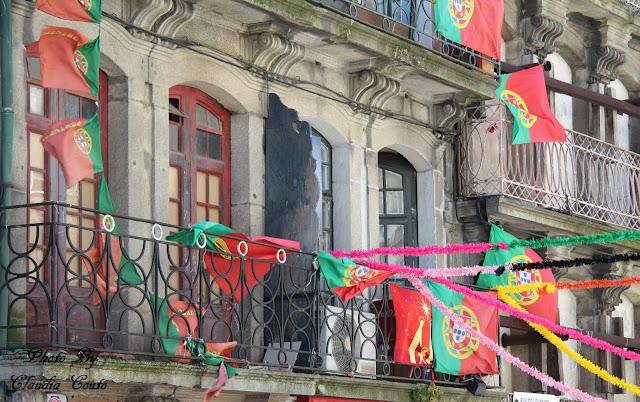 Um fachada á boa maneira portuguesa, o patriotismo perdido e axado em varandas perdidas num recanto da cidade do Porto.