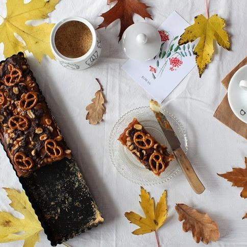 Fistaszkowa tarta z solonym karmelem, waniliowym nadzieniem, gorzką czekoladą i precelkami