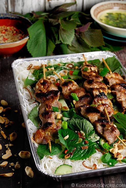 Szaszłyki z azjatyckimi ziołami i makaronem vermicelli © KuchniaAzjatycka.com