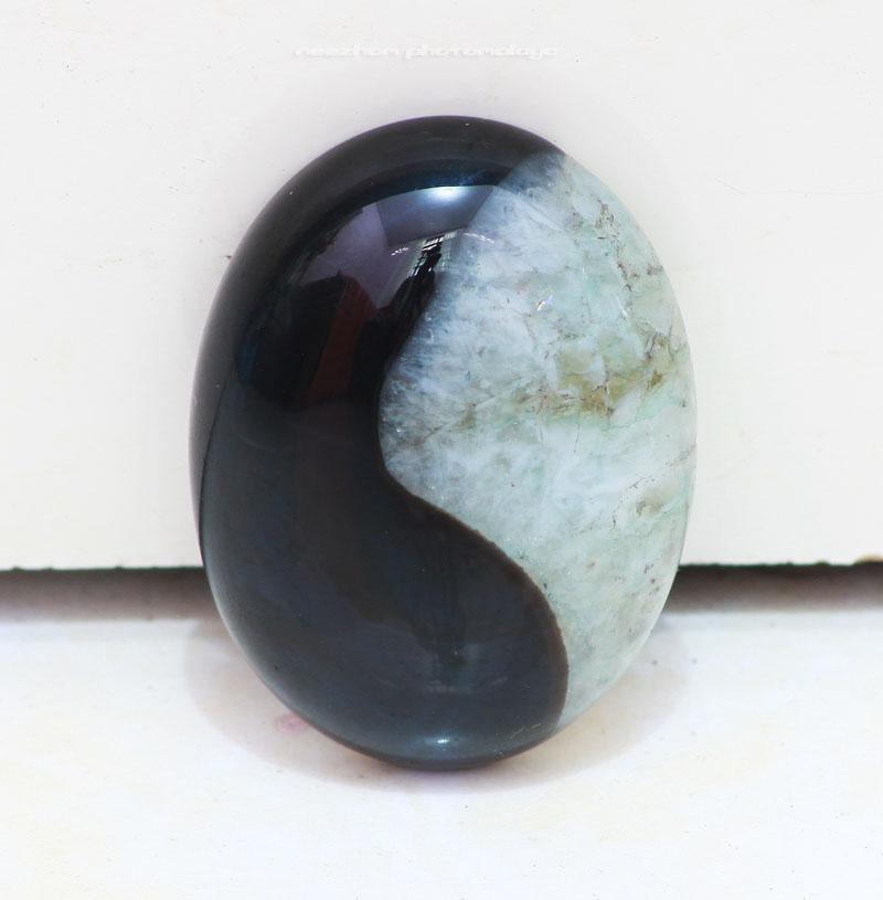 Batu permata akik kristal, bercorak seperti Yin-Yang