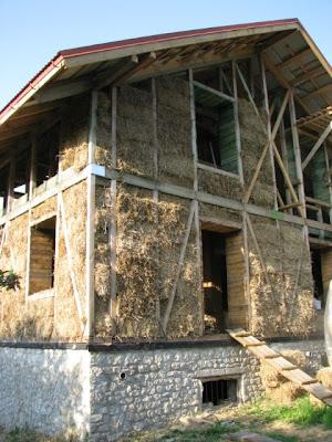 Укладка соломы в деревянный каркас
