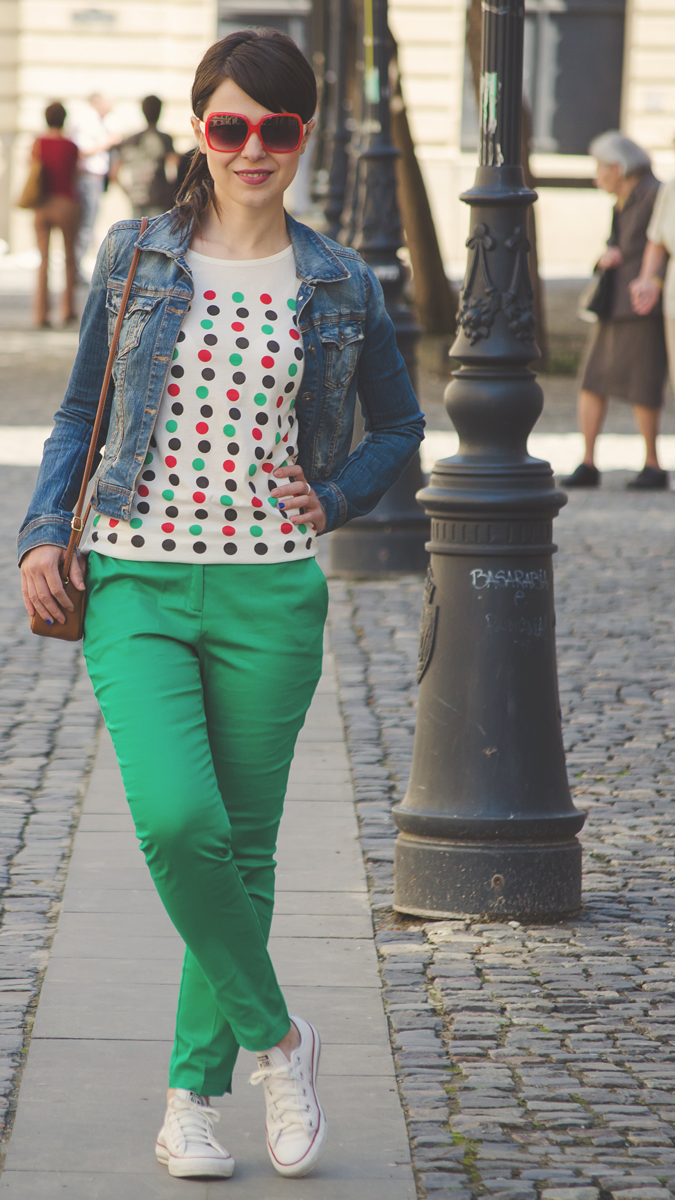 dotted t-shirt colourful dots ankle cut green pants converse sneakers jeans jacket Stradivarius brown h&m satchel bag red sunglasses