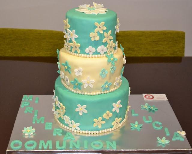 sugardreamsgandia, tarta comunion fondant elegante verde y crema flores perlas