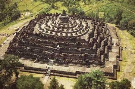 Candi Borobudur : tempat wisata populer di jawa tengah