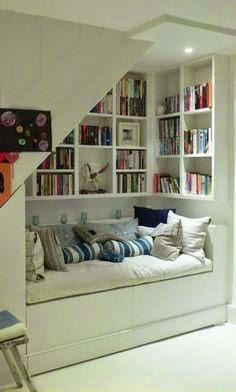 portaat, sohvanurkka, kirjahylly