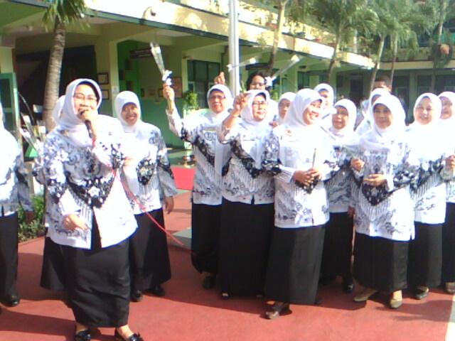 Ibu Hj. Hartini M.Pd dan Guru-guru SMA Negeri 42 - http://mgmpseni42.blogspot.com
