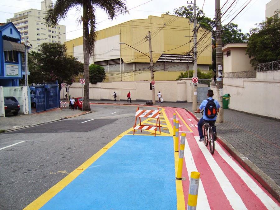 ciclista utilizando a ciclovia