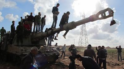 festeggiamenti sui carri bombardati dai francesi fuori benghazi