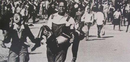 Foto-Foto dari Berbagai Peristiwa Masa Lalu Yang Paling Mengerikan, Mengejutkan, Menyedihkan dan Bikin Syok - hector Pieterson dan pemberontakan soweto