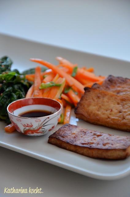 Tofu gebacken mariniert Möhrenstifte Sesam Spinat Sesamöl