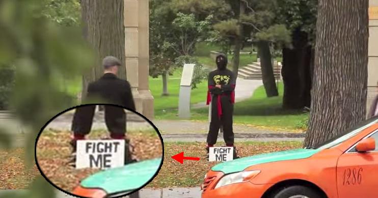 「FIGHT ME」と書かれた人物の前にある剣を取ると、とんでもないことになるドッキリ