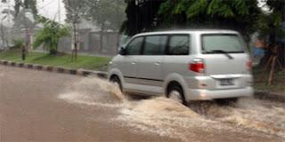 mobil terjang banjir