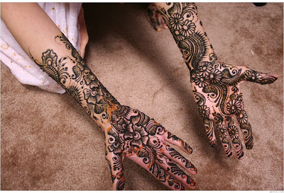 Homely Indian girl wearing mehandi on her both hands.