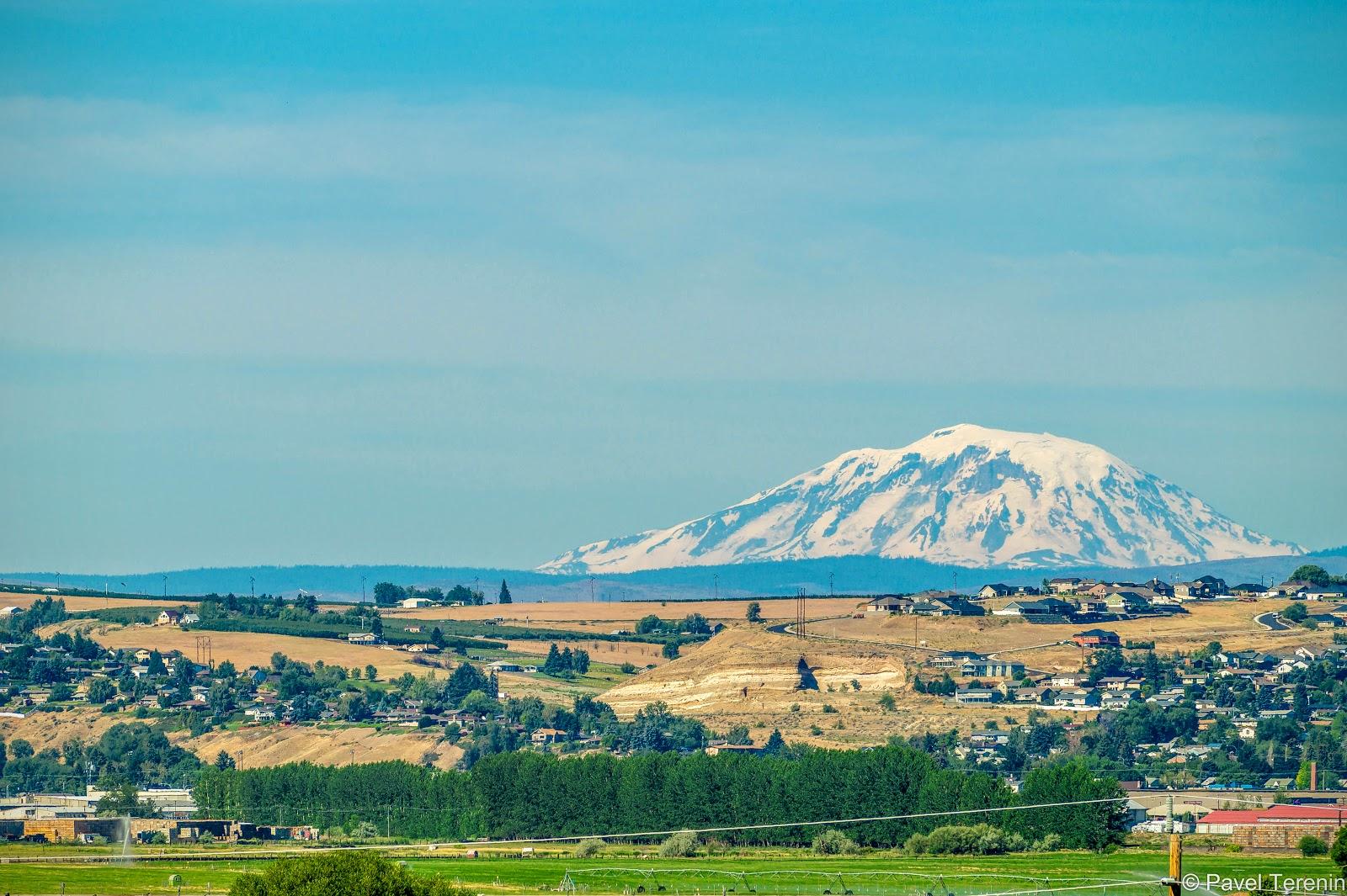 Город со всех сторон окружают бескрайние поля и виноградники. Так же отсюда можно хорошо рассмотреть гору Рейнир.