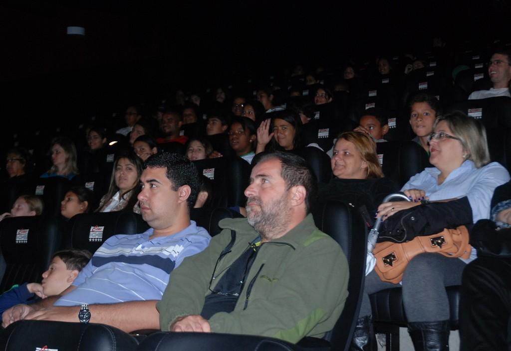 Secretário de Educação Leonardo Vasconcellos (primeiro à esquerda) confere as produções dos alunos na 4ª Criacine