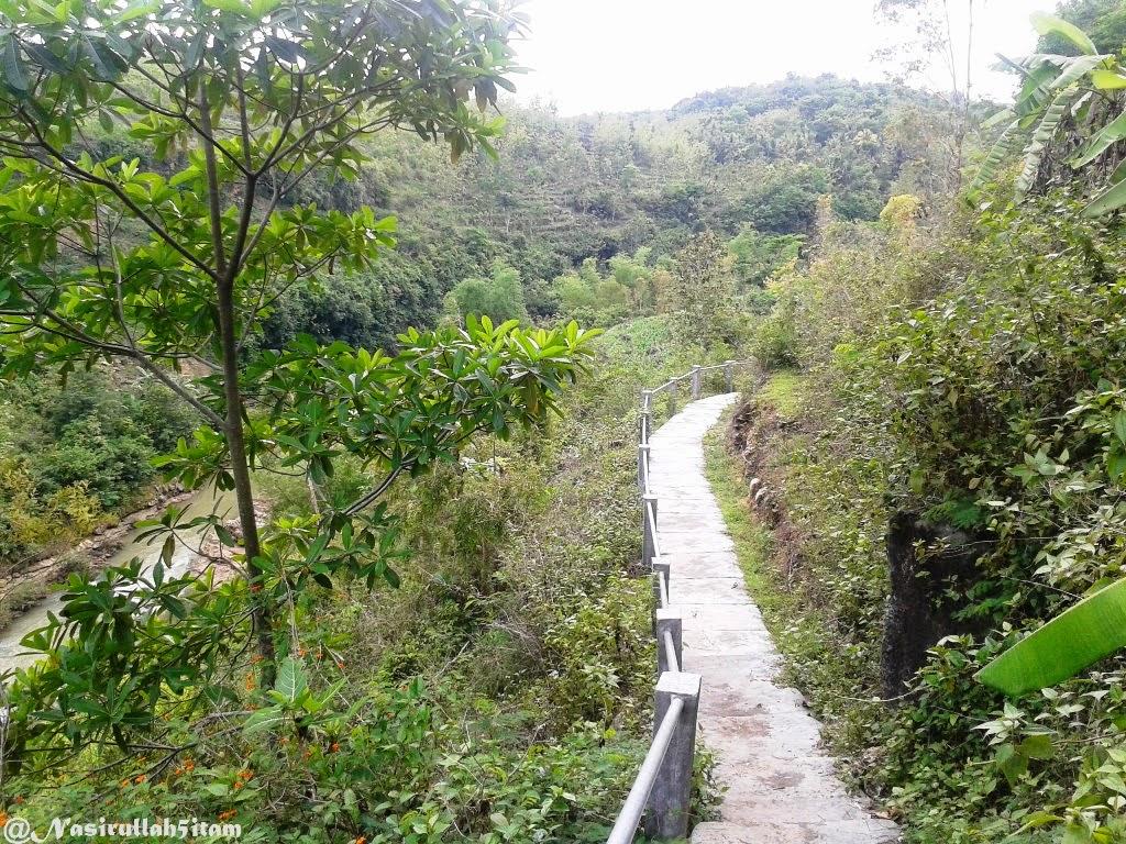 Jalanan menuju ke air terjun di Sri Tanjung, Dlingo