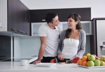كيف تجذب انتباه الفتيات والنساء اليك ,امرأة رجل مطبخ الطبخ يساعد ,man woman cooking helping kitchen