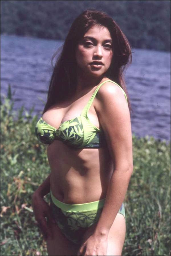 Foto Hot Bikini Sarah Azhari