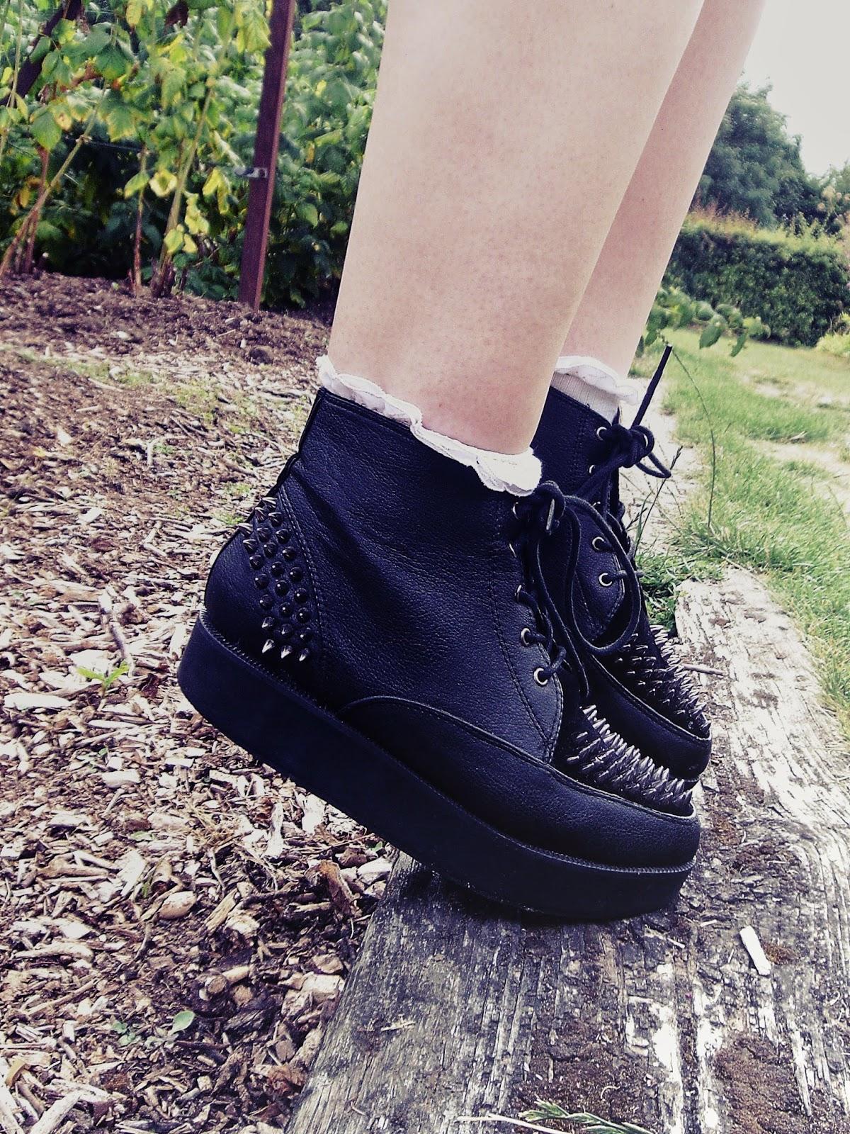 grunge, 90's grunge, 90's style, 90's fashion, platform boots, flatform boots, platform shoes, flatform shoes, lilac hair, choker, frilly socks, alternative girl, indie, hipster, fedora