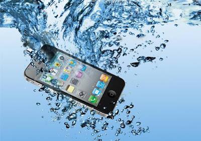 Tips Menyelamatkan Ponsel Yang Terendam atau Tersiram Air