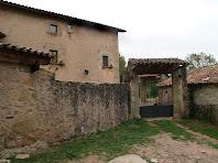 Detall del mur i portal de la banda occidental del Mas La Font