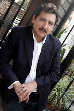 Gustavo Adolfo, poeta, locutor y reportero de espectáculos en la ciudad de Guadalajara.