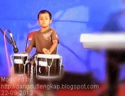 aksi musisi dangdut saat memainkan musik tanpa not balok