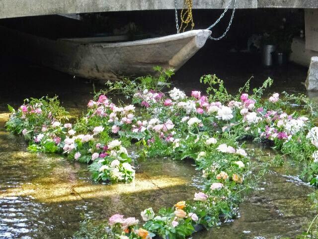涼しげな花で飾られた高瀬川。