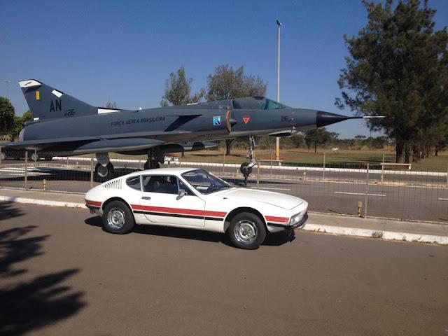 Volkswagen SP2 em frente à Base Aérea de Brasília