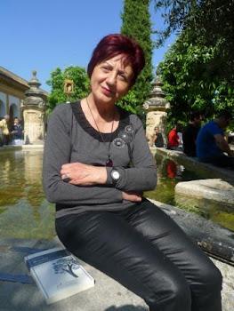 La poeta Juana Castro en el patio de la mezquita de Córdoba