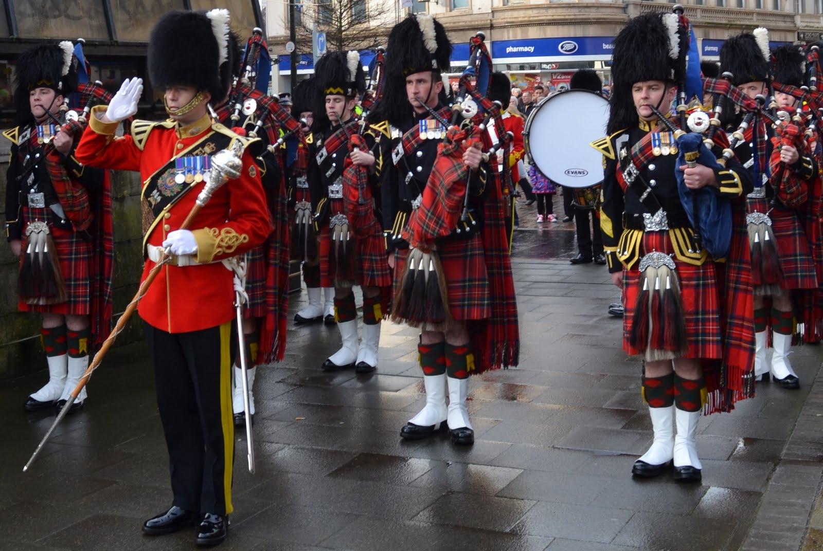 http://1.bp.blogspot.com/-IK4dJKF6mcM/TtUtXEeJPcI/AAAAAAAAr0o/SBkZDaytA70/s1600/Tour+Scotland+Photograph+Royal+Scots+Dragoon+Guards+Pipe+Band+City+Square+Dundee+Scotland+November+29th+04.jpg