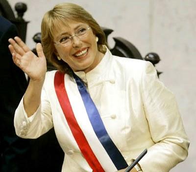 Michelle Bachelet con la banda presidencial de Chile