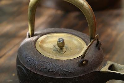 chauffeuse à sake en fonte