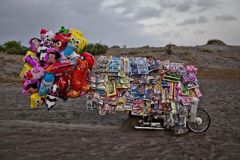 penjual mainan di pantai parangkusumo