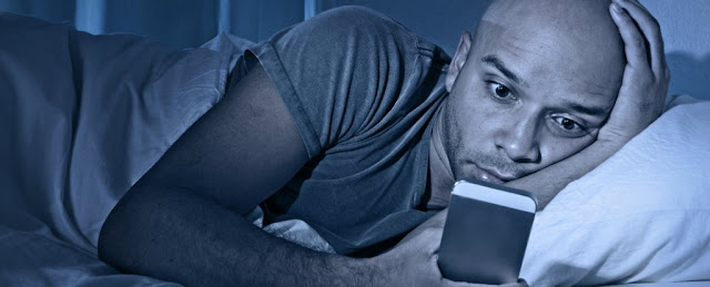 Saiba o que acontece ao seu corpo quando usa o celular antes de dormir