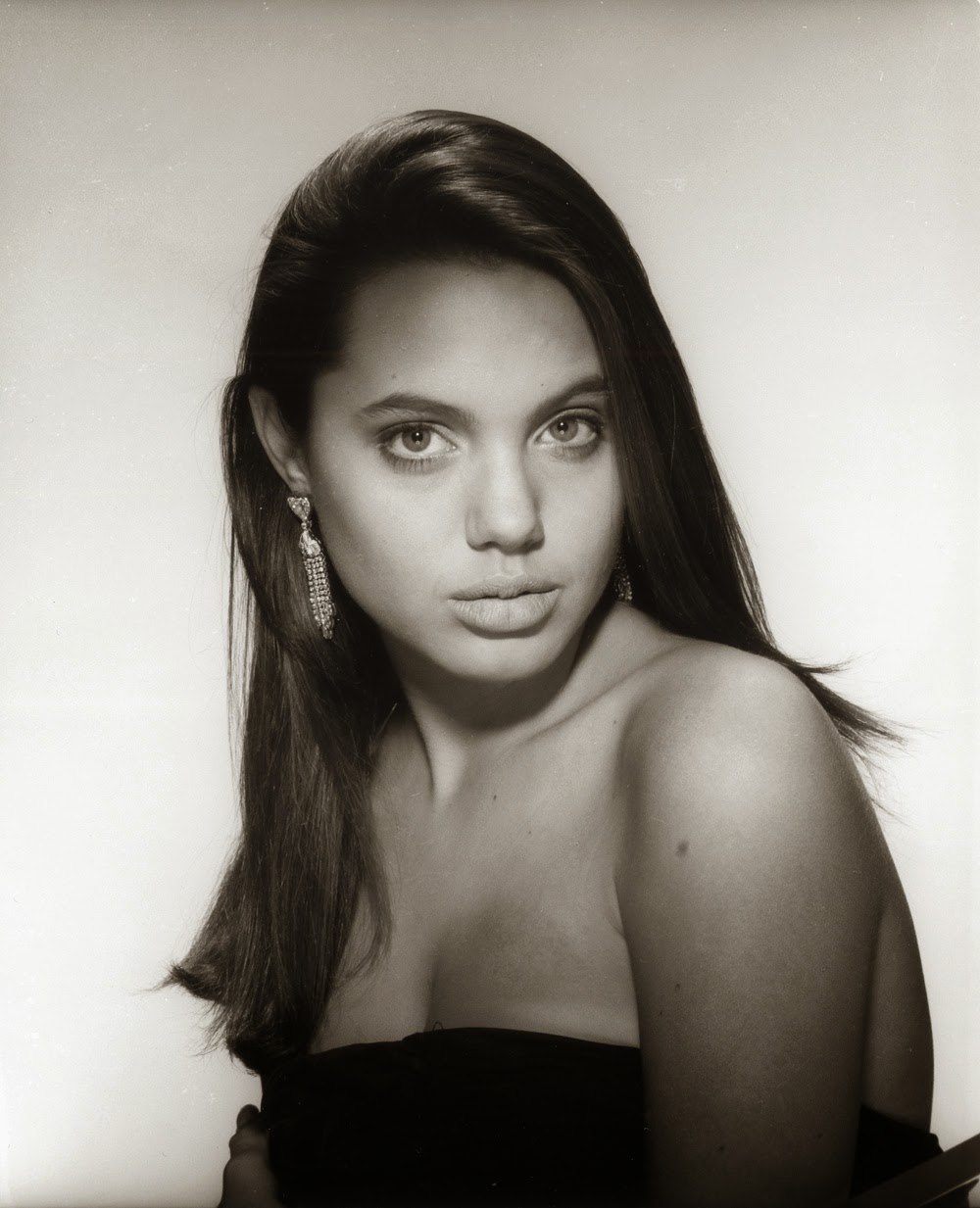 30 Stunning Black And White Pictures Of Angelina Jolie From Her First Photo Shoots When She Was