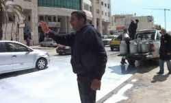 En signe de protestation, des agriculteurs versent le lait devant radio Sfax