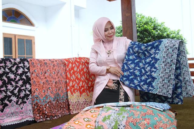 Hj. Yoyoh Ruhimat dengan Batik Ganasan