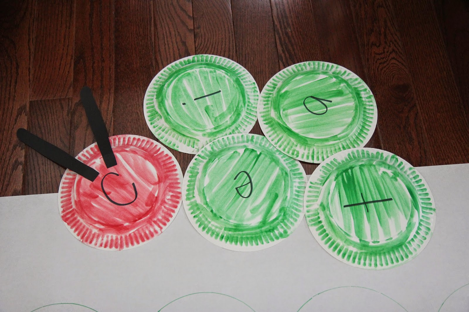 Hereu0027s how you prep the materials ahead of time : hungry caterpillar paper plates - pezcame.com