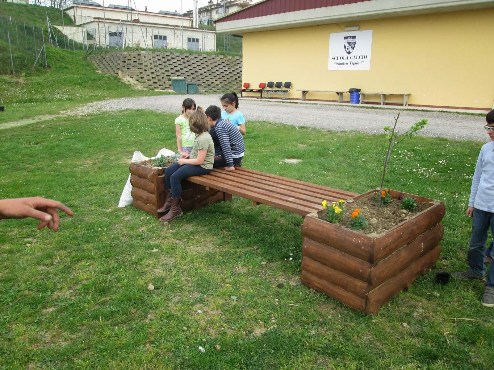 Orto scuola vicchio e a sistemare le panchine fioriere for Panchine da giardino amazon