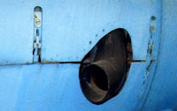 Выхлопная труба и стяжные замки капота.