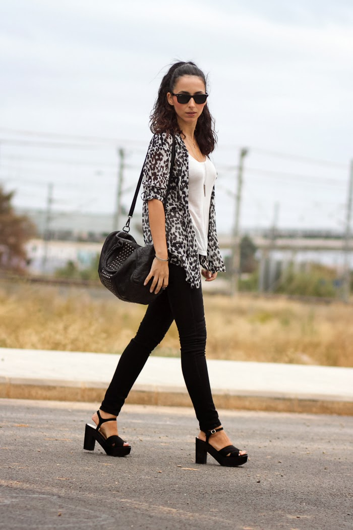 Blogger withorwithoutshoes con look en blanco y negro de estampado animal
