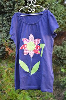 Ein Geburtstagsshirt selber nähen mit einer Vorlage für eine große Blume aus Stoffresten