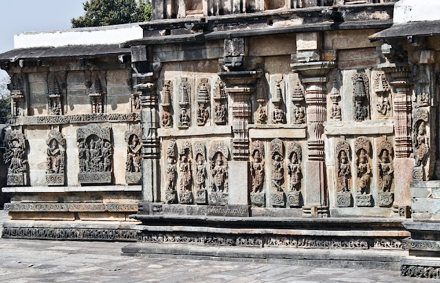 Sculptures on the walls of Andal (Ranganayaki) temple, belur