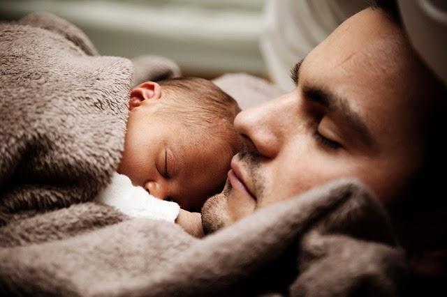 Vater kuschelt mit Baby