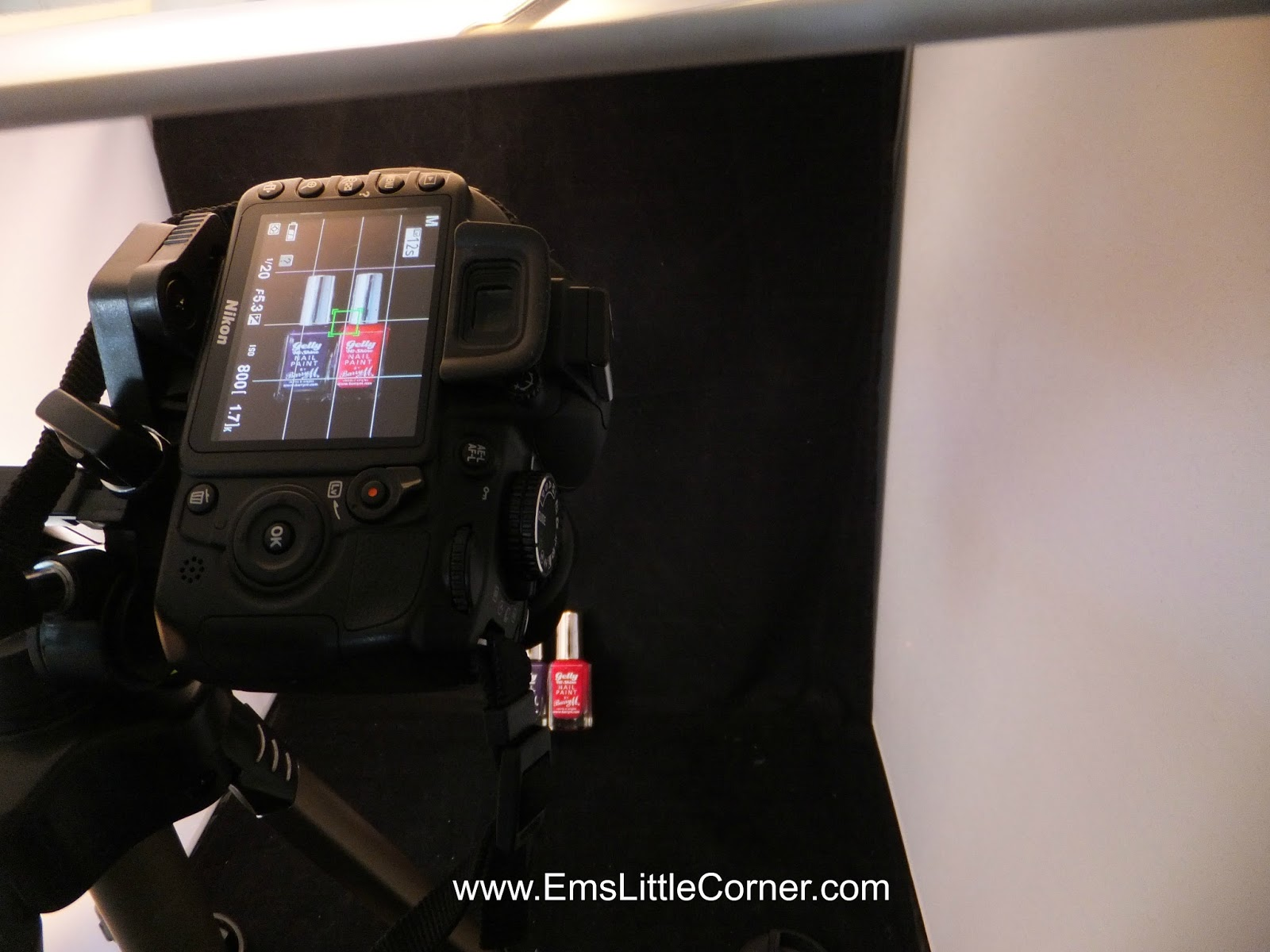 http://www.emslittlecorner.com/2013/10/my-photography-set-up-and-tips.html