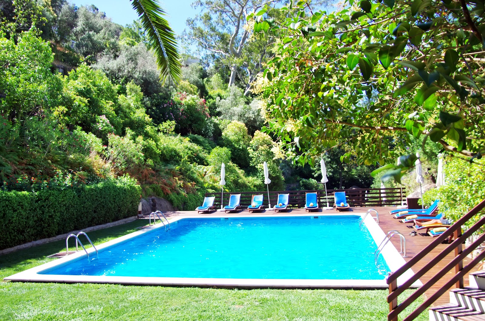 Banco de im genes piscina o alberca de agua azul con for Imagenes de piscinas
